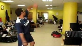 Sachin Tendulkar Bowls a Bouncer to VVS Laxman in Dressing Room as MS Dhoni Watches During India vs England Chennai Test in 2008 | WATCH VIDEO