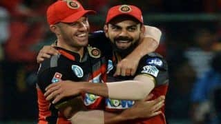 Kohli Reading a Book, de Villiers Gives Perfect Response