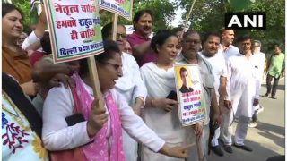 राहुल गांधी के घर के बाहर जुटे सैकड़ों कांग्रेस कार्यकर्ता, 'इस्तीफा वापस लो' के लगाए नारे