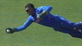 MS Dhoni Takes Splendid One-Handed Catch to Send Carlos Brathwaite Packing Off Jasprit Bumrah During India vs West Indies ICC Cricket World Cup 2019 | WATCH VIDEO