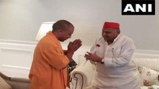 UP CM Yogi Adityanath Meets SP Chief Mulayam Singh Yadav at Residence, Tweets 'I Pray to God For His Speedy Recovery'