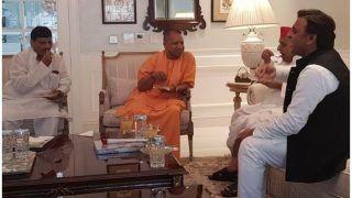 मुलायम से मिलने उनके घर पहुंचे CM योगी, अखिलेश और शिवपाल से भी कुछ इस तरह की मुलाकात