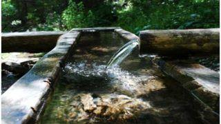 इस गांव में ट्यूबवेल से आ रहा 'चमत्कारी पानी', हासिल करने को कोई भी कीमत देने को तैयार हैं लोग