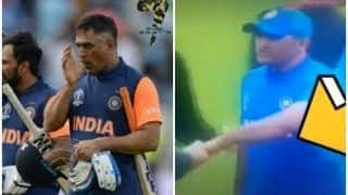 MS Dhoni's 'Left Hand Shake' With Kiwi Players After Defeat in ICC Cricket World Cup 2019 Semi-Final Due to Right Thumb Injury is Unmissable | WATCH VIDEO