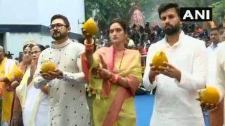 VIDEO: ममता बनर्जी के साथ पहुंची नुसरत जहां, रथयात्रा उत्सव में ऐसे निभाईं रस्में