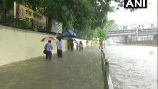 मुंबई में फिलहाल राहत, दौड़ने लगी लोकल ट्रेनें, लेकिन आज फिर तेज बारिश की चेतावनी