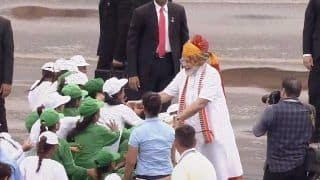 Independence Day 2019: PM Modi Mobbed by Enthusiastic Children at Red Fort
