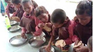 यूपी: मिड-डे मील में बच्चों को नमक के साथ परोसी रोटी, वीडियो वायरल होने के बाद हड़कंप