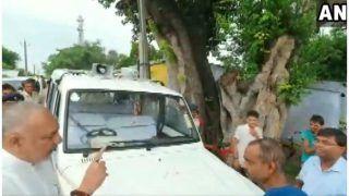 VIDEO: बेगूसराय में बाढ़ का जायजा लेने पहुंचे गिरिराज सिंह, गाड़ी से नहीं उतरने पर अधिकारी को लगाई फटकार