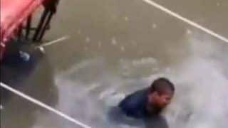 Heartbreaking! Patna Rickshaw-Puller Crying on Flooded Street. Watch Viral Video