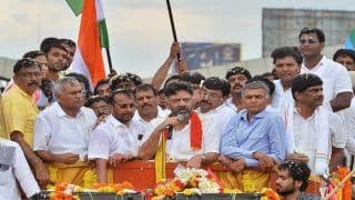 Karnataka Congress' DK Shivakumar Recieves Grand Welcome with 2 ft Apple Garland