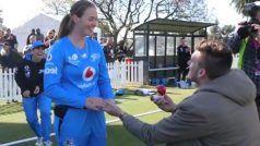 महिला क्रिकेटर अमांडा वेलिंग्टन को मैदान पर उनके ब्वायफ्रेंड ने किया प्रपोज