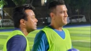 टेनिस दिग्गज लिएंडर पेस के साथ चैरिटी फुटबॉल मैच में शामिल हुए महेंद्र सिंह धोनी