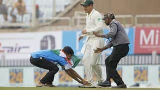 3rd Test: Pitch Invader Rushes to Touch Quinton de Kock's Feet in Ranchi, Forgets Slippers on the Field | WATCH VIDEO