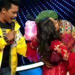 Contestant Kisses Neha Kakkar on Indian Idol 11, Anu Malik-Aditya Narayan Left Shocked - Viral Video