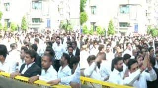 दिल्ली पुलिस के बाद अब वकीलों का विरोध प्रदर्शन, तीन अदालतों के बाहर हंगामा