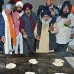 Prince Charles Visits Bangla Sahib Gurdwara on Gurpurab, Tries Flipping Chapatis as Part of Seva