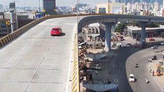 फ्लाईओवर से उड़ते हुए अचानक बीच सड़क आ गिरी तेज रफ्तार कार, VIDEO देखकर दहल जाएगा दिल