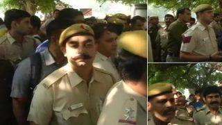 दिल्ली में वकील-पुलिस झड़प: पीएचक्यू के सामने वर्दी में डटे पुलिस जवान, प्रदर्शन और नारेबाजी की