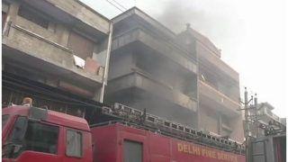 दिल्ली के नरेला में जूते के कारखाने में लगी आग, दो व्यक्तियों के फंसे होने की आशंका, तलाश जारी