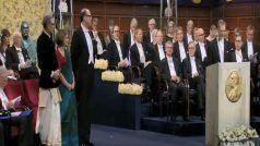 VIDEO: नोबल पुरस्कार लेने धोती में पहुंचे अभिजीत बनर्जी, पत्नी ने भी पहना भारतीय परिधान