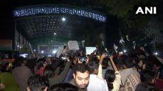 CAA का विरोध: दिल्ली में आगजनी और हिंसा में करीब 60 लोग घायल, छात्रों का पुलिस मुख्यालय पर प्रदर्शन