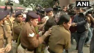 उन्नाव रेप केसः दिल्ली में गुस्साई महिला ने अपनी बेटी को जलाने की कोशिश की