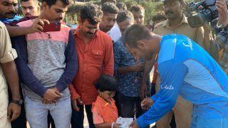 IND vs WI: नन्ही क्रिकेट फैन को दिनेश रामदीन ने टीम बस से उतरकर दिया बेहद प्यारा गिफ्ट