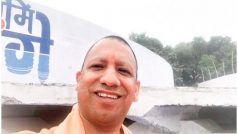 यूपी के मुख्यमंत्री योगी आदित्यनाथ पहुंचे कानपुर, सेल्फी प्वांइट का उद्घाटन कर पहली बार ली Selfie