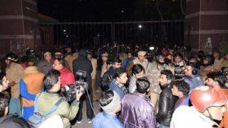 जेएनयू हिंसा: दिल्ली पुलिस ने अज्ञात लोगों के खिलाफ दर्ज की FIR