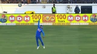 Manish Pandey Takes a One-Handed Catch at Rajkot to Send David Warner Packing During 2nd ODI | WATCH VIDEO