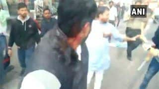 VIDEO: जेएनयू हिंसा को लेकर अहमदाबाद में ABVP and NSUI कार्यकर्ताओं के बीच हुई भिड़ंत