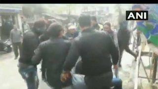 VIDEO: TMC और SFI कार्यकर्ताओं के बीच सड़क पर ऐसी हुई भिड़ंत
