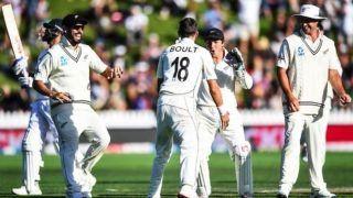 टीम इंडिया को मंझधार में छोड़ पवेलियन लौटे विराट कोहली, सोशल मीडिया पर फैंस ने ली कुछ इस तरह से चुटकी