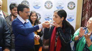 पत्नी ने दी जीत की बधाई तो अरविंद केजरीवाल ने केक खिलाकर कहा- जन्मदिन भी मुबारक हो सुनीता