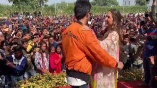 VIDEO: स्टेज पर कार्तिक को सारा पर आया प्यार, पब्लिक के सामने डांस करते-करते...