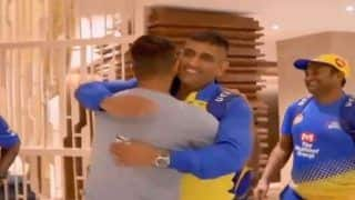 Aaj Ka Taaza Bakar, IPL 2020: Suresh Raina Welcomes CSK Skipper MS Dhoni With a Hug, Sends Twitter in Frenzy | WATCH VIDEO