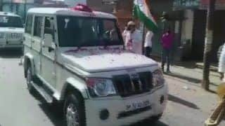 Amid Lockdown, Residents of Mathura Shower Petals at Police Vehicles | Watch Video