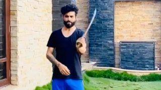 MI vs CSK Dream11 IPL 2020: MS Dhoni-Led Chennai Super Kings Surprise Ravindra Jadeja With an Unique Gift | WATCH