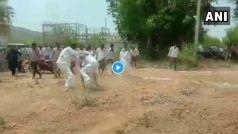 Video: लॉकडॉउन के बीच गांव में सियासत का पारा चढ़ा, एक ही पार्टी के दो गुटों के बीच हुई ये भिड़ंत