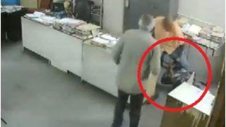 VIDEO: सरकारी दफ्तर में महिला ने मास्क पहनने को कहा, शख्स ने ज़मीन पर पटक लात घूंसों से पीटा