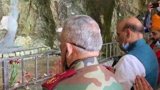 J&K: रक्षा मंत्री राजनाथ सिंह ने सीडीएस और आर्मी चीफ के साथ अमरनाथ मंदिर में की पूजा