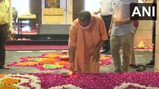 भूमि पूजन से पहले सीएम योगी ने अपने घर में जलाए दीप, उत्सव में शामिल हुए मंत्री और विधायक