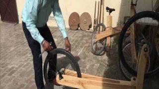 लॉकडाउन में बना डाली लकड़ी की साइकिल, लोगों को आ रही पसंद...