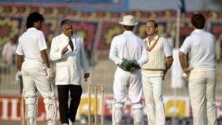 इंग्लैंड-पाकिस्तान सीरीज से जुड़े विवाद: जब पाक अंपायर-इंग्लिश कप्तान की भिड़त के बाद रद्द हुआ था खेल