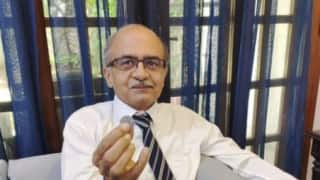Photo of Prashant Bhushan Holding Re 1 Coin Goes Viral After SC Judgment, Triggers Meme Fest on Twitter