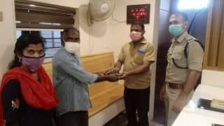 Viral: सड़क पर पड़ा मिला ₹65000 से भरा पर्स, थाने में कराया जमा, लोग बोले- ये है अतुल्य भारत...