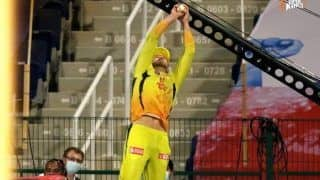 MI vs CSK Dream11 IPL 2020: Faf Du Plessis Takes Stunning Catch to Send Hardik Pandya Packing | WATCH