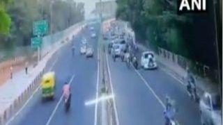 दिल्ली ट्रैफिक पुलिस ने काटना चाहा चालान, तो बोनट पर लटका कर कई मीटर घसीटा, Video Viral