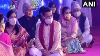 Kejriwal, Sisodia Offer Prayers at Akshardham Temple, Take Part in Diwali Celebrations